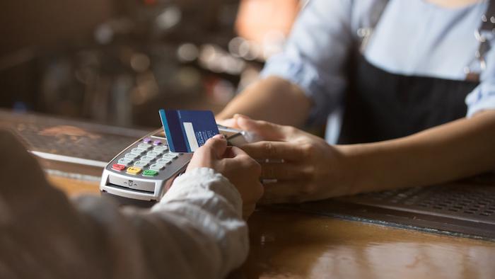 店頭でクレジットカードを使う女性